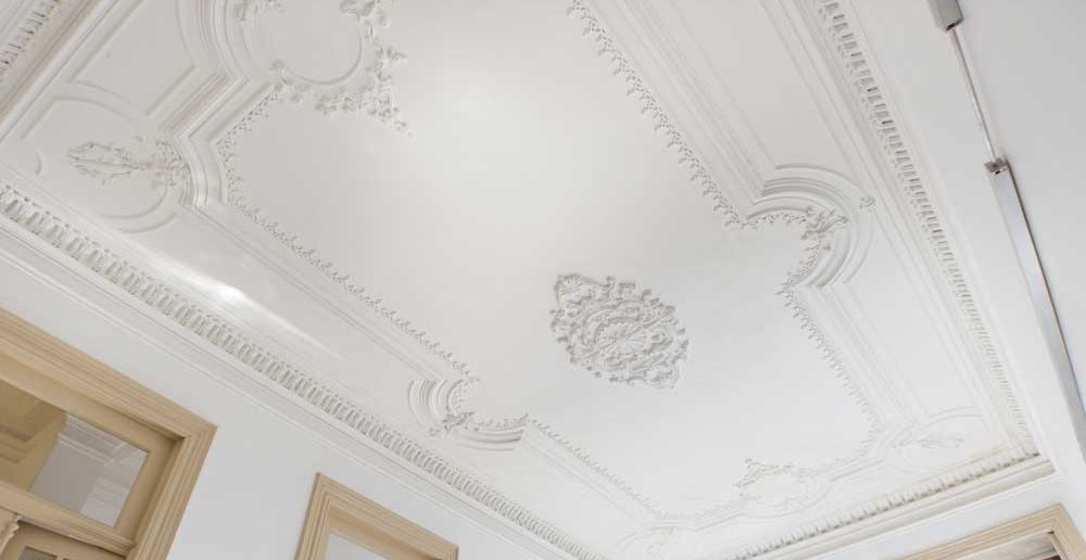 Een authentiek gevoel met het plafond in de oude stijl