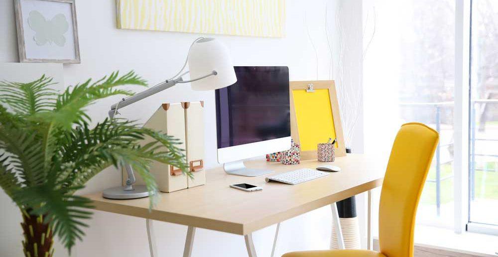 De houten bureautafel voor meer sfeer in het thuiskantoor