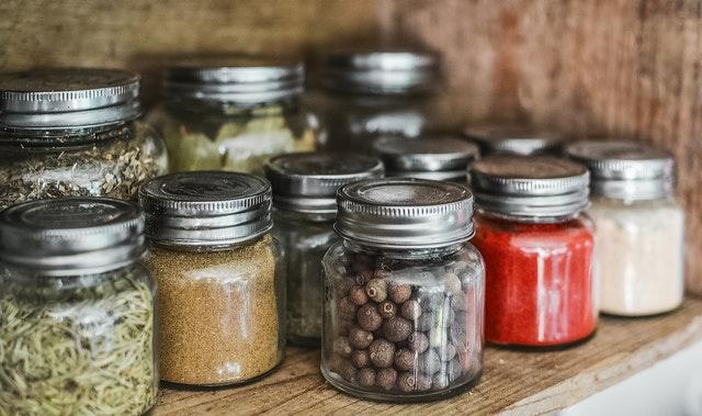 Houd de voorraad goed bij in de keuken: dat voorkomt rommel