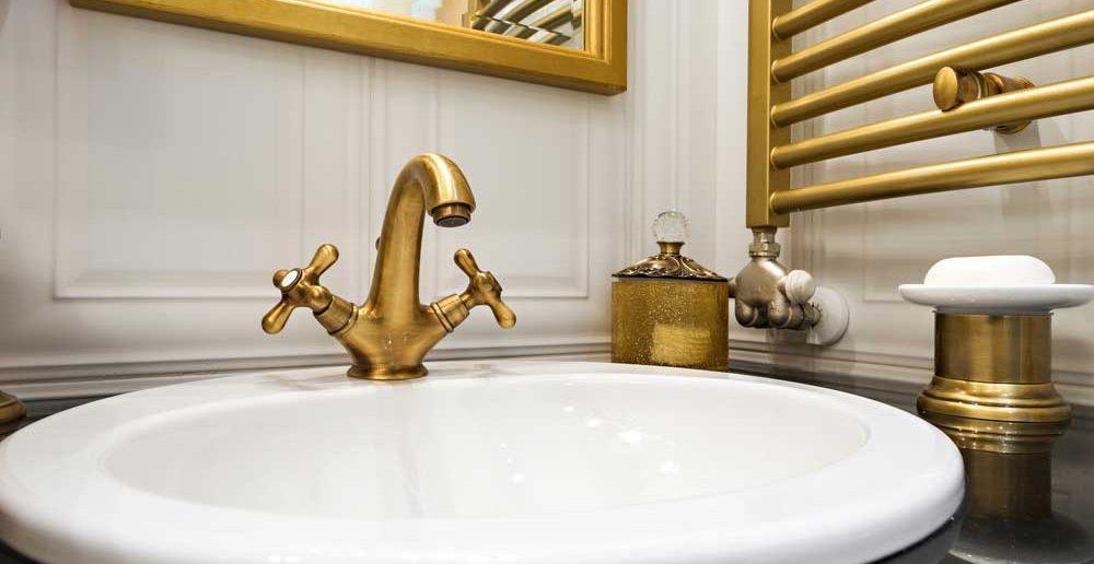Pak uit met een gouden kraan in de badkamer