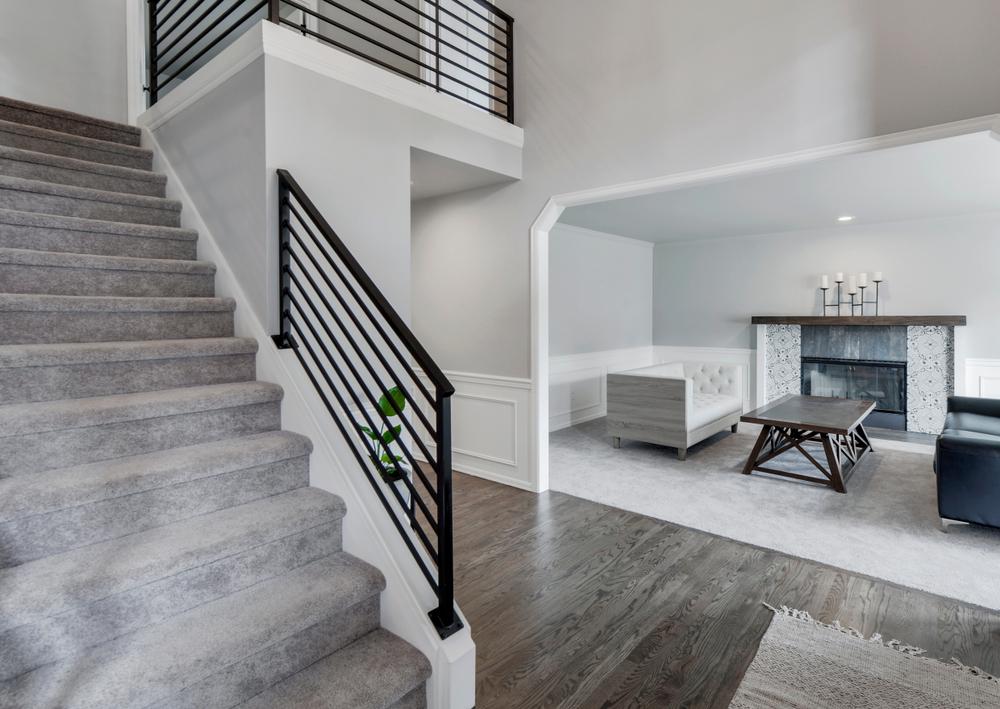 Moderne trap met tapijt
