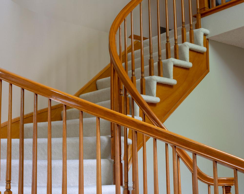 Klassieke trap met tapijt