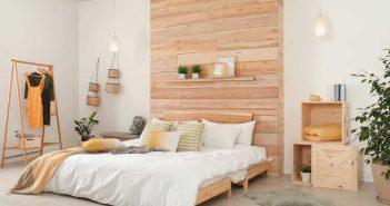 Sfeervol: een houten board achter het bed