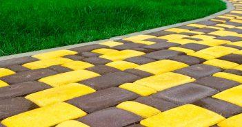 Pak uit in de tuin: gekleurde tegels