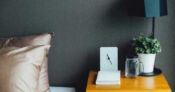 Altijd goed: een houten nachtkastje in huis