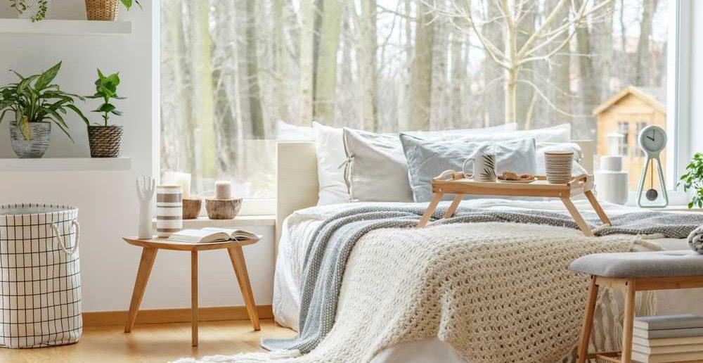 Subtiel en minimalistisch: een basic tafeltje naast het bed