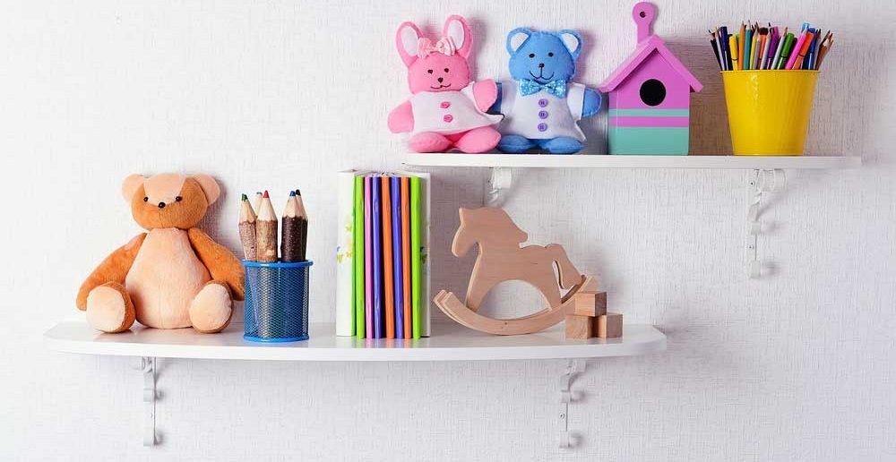Handig voor het opbergen in de kinderkamer: hang planken aan de muur