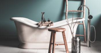 Mooi: een vintage krukje in de badkamer