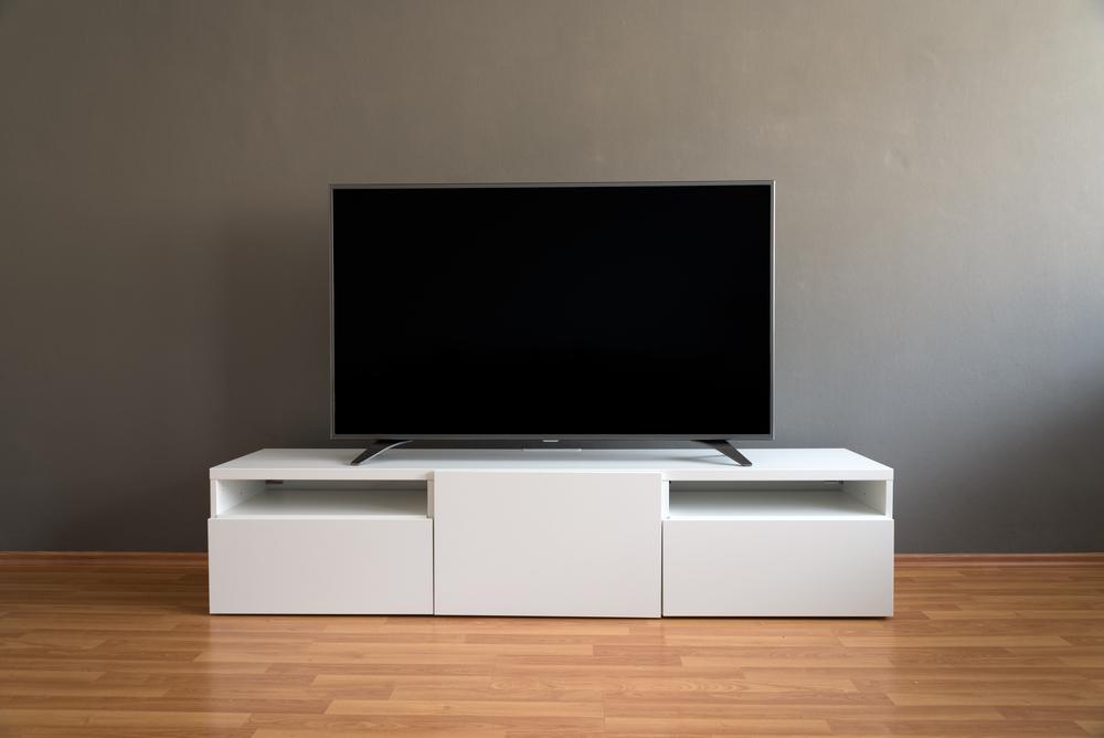 De tv moet schoongemaakt worden