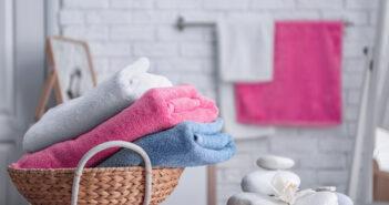Stijlvol: handdoeken in een mandje in de badkamer
