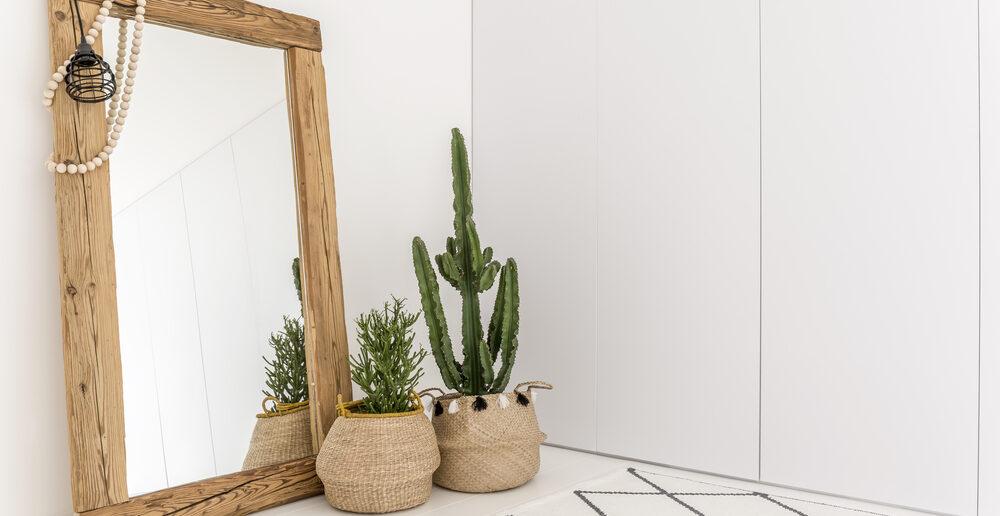 Pak uit met opvallende houten omlijstingen in huis