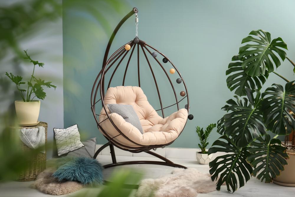 Een tropisch gevoel in huis met een trendy hangstoel of hangmat