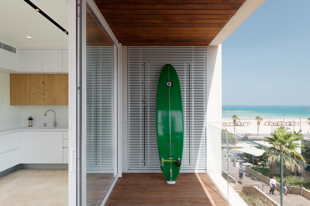 Trendy woonaccessoire op het balkon: een surfboard!