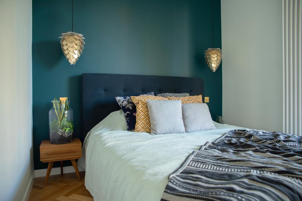 Kleine slaapkamer ideeën: een enkel nachtkastje