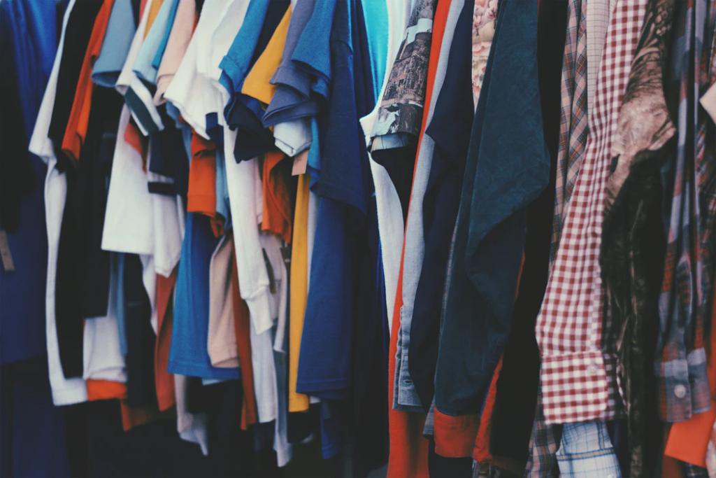 Hang belangrijke kleding op ooghoogte