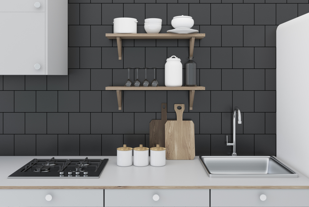 Donkere tegels aan de wand in de keuken
