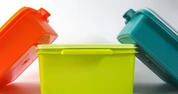 Plastic bewaarbakjes schoon krijgen: 4 tips om vieze geurtjes en vlekken te verwijderen