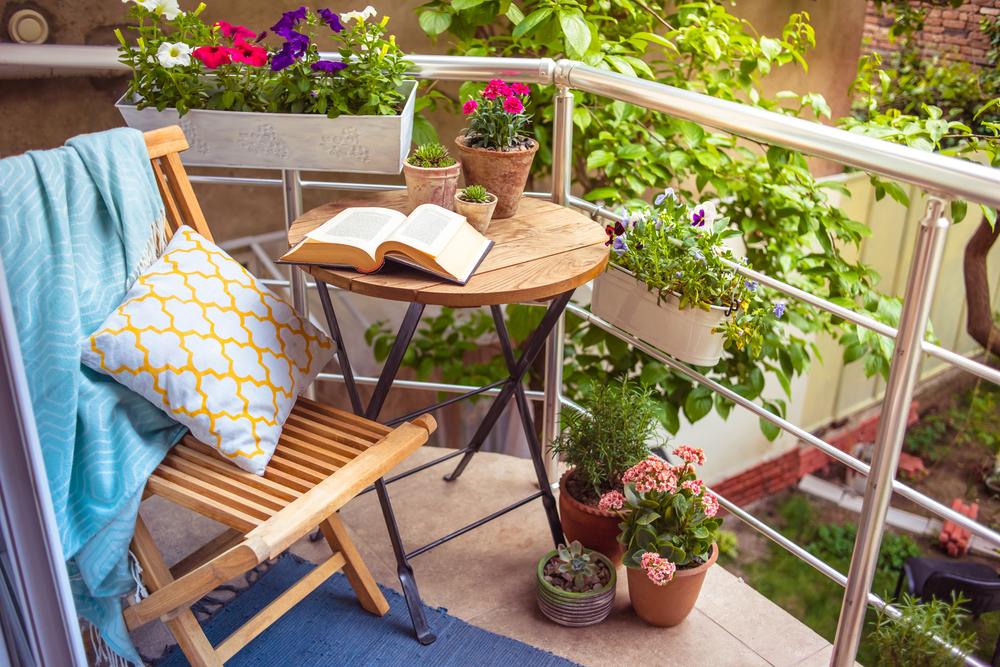 Tafeltje bij de inrichting van het balkon